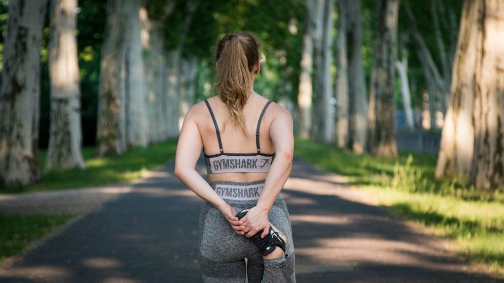 Un entraînement fractionné efficace : importance de s'échauffer avant et de s'étirer après.